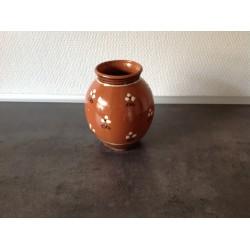 Brun keramik vase med mønster