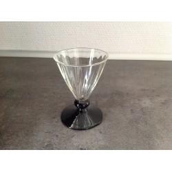 Glas med sort fod